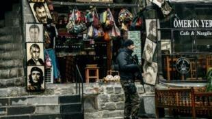 Askari polisi wa Uturuki akipiga doria katika mji wa Diyarbakir, kusini mashariki mwa Uturuki, Desemba 30, 2015.