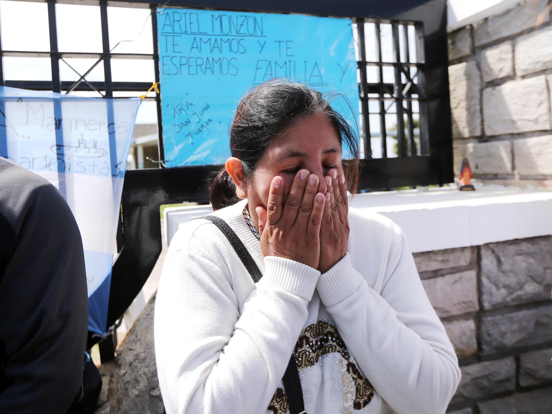 Em Buenos Aires, Elena Alfaro, irmã de um dos marinheiros desaparecidos, chora devido à falta de informações sobre a localização do submarino.