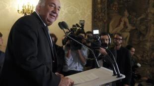 Gerard Larcher, presidente do Senado francês, participa de conferência em Paris.