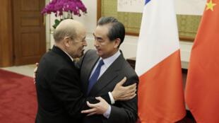 Le ministre français des Affaires étrangères Jean-Yves Le Drian et son homologue chinois Wang Yi, à Pékin le 24 novembre 2017.
