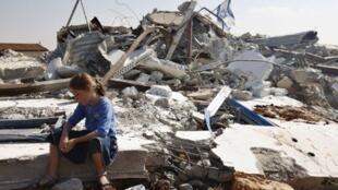 Menina palestina chora ao lado de casa destruída em Migron, em 5 de setembro de de 2011