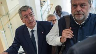 Le maire de Levallois-Perret Patrick Balkany (à gauche) avec son avocat, Eric Dupond-Moretti (à droite), au palais de justice de Paris le dernier jour de son procès.