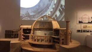 Maquete da intervenção de Tadao Ando na antiga Bolsa de Valores de Paris, em exposição no Centro Pompidou.