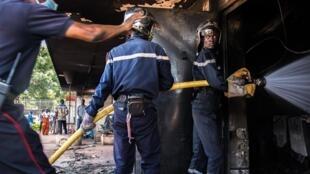 La protection civile de Bangui en action sur le site de l'incendie dans les locaux de l'opérateur téléphonique Orange.