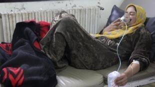 Una foto difundida por militantes sirios muestra una mujer recibiendo respiración artificial, tras un ataque en Kafarzita, el pasado 15 de abril.