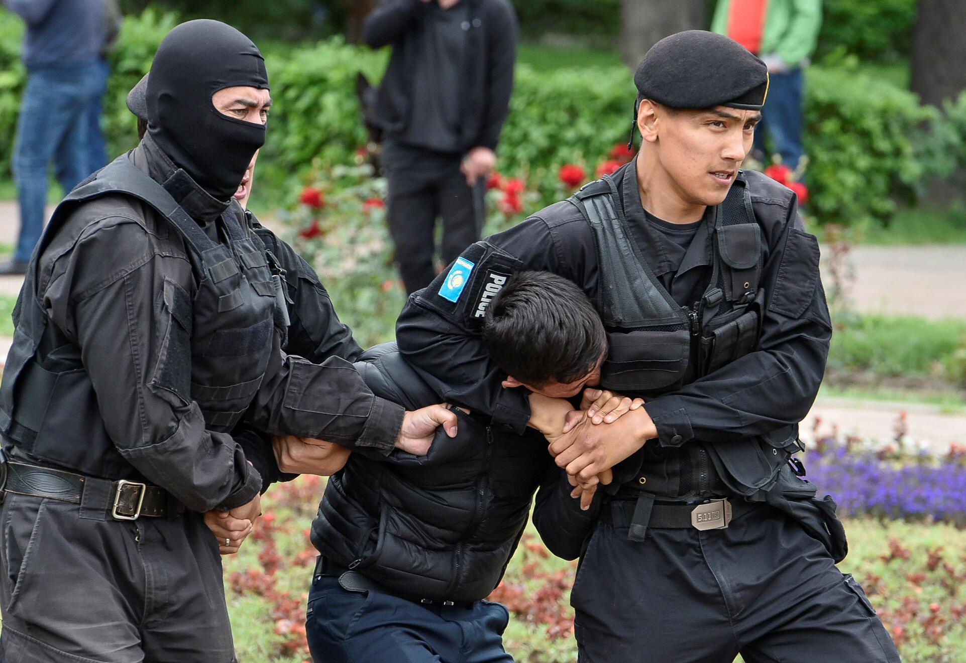 Разгон протестующих в Алматы в день выборов президента Казахстана 9 июня 2019