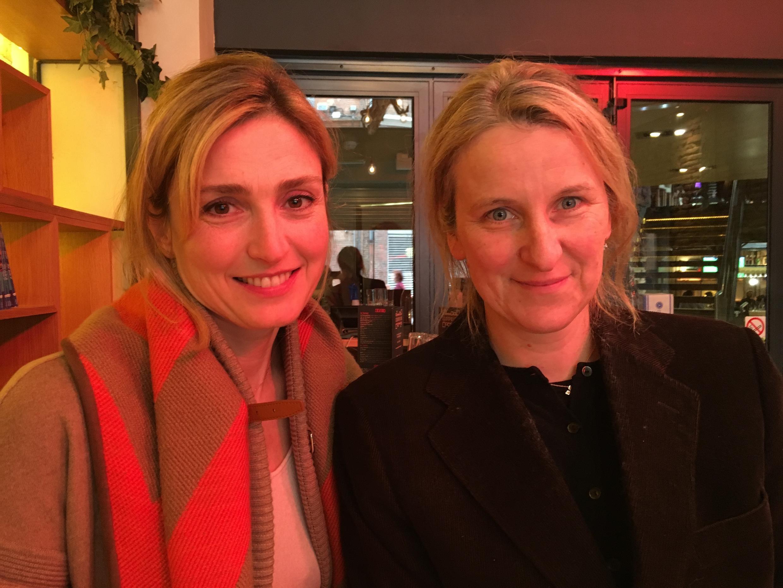 As produtoras Julie Gayet e Nadia Turincev (da esquerda para a direita) prestam homenagem a Sônia Braga.