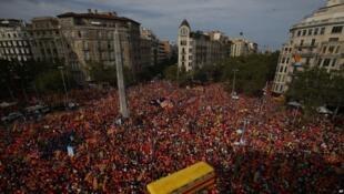 支持獨立的抗議者在加泰羅尼亞民族日這天聚集在巴塞羅那的對角線大道。(2018年9月11日)