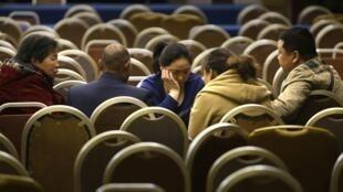 Familles des passagers du vol MH370, à Pékin, ce 16 mars 2014.