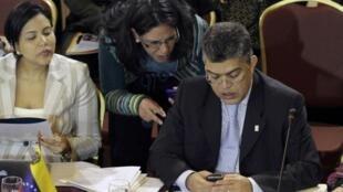O chanceler da Venezuela, Elias Jaua (à esq.), olha o telefone celular durante reunião de cúpula do Mercosul, nesta quinta-feira 11 de julho, em Montevidéu.