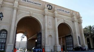 Las puertas del Ritz se abrieron el 12 de febrero para permitir salir a decenas de politicos y empresarios acusados de desfalcar a la petromonarquía. REUTERS/Faisal Al Nasser