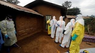 Du personnel soignant attend pour faire désinfecter son matériel de lutte contre le virus Ebola à Beni en octobre 2019 (image d'illustration).