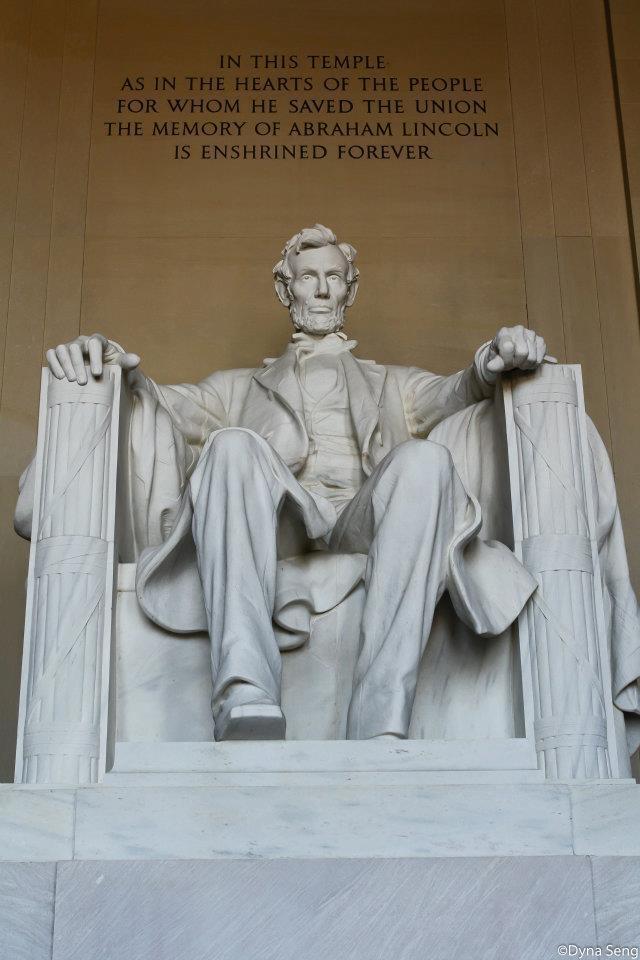 រូបសំណាកលោកអាប្រាហាម លីនកុន នៅ Lincoln Memorial (រដ្ឋធានីវ៉ាស៊ីងតោន)