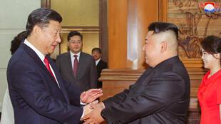Chủ tịch trung Quốc Tập Cận Bình (T) bắt tay lãnh đạo Bắc Triều Tiên Kim Jong Un, ngày 20/06/2018 tại Bắc Kinh.