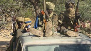 Des militaires tchadiens dans un ouadi.