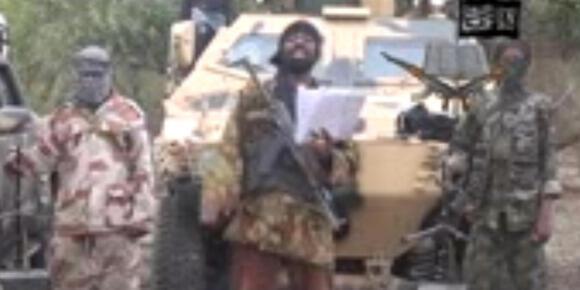 """ویدئویی که دیروز از رهبر گروه بوکوحرام منتشرشد، """"ابوبکر شیکاو"""" رهبر این گروه میگوید: «من دختران شما را ربودم»..."""