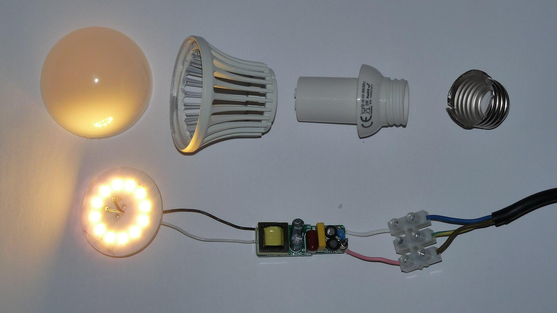 Una bombilla LED desarmada, al interior, diodos azules recubiertos de fósforo amarillo para imitar la luz blanca.