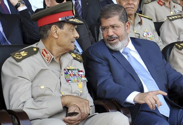 Президент Египта М.Мурси (справа) и маршал Хусейн ат-Тантави, возглавлявший военное руководство страной после свержения Хосни Мубарака