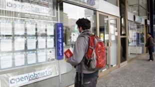 Jovem busca trabalho em agência de emprego na Itália.
