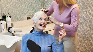 Freesia propose de venir coiffer et prodiguer des soins esthétiques aux résidentes des maisons de retraite médicalisées et des résidences services.(Photo d'illustration)