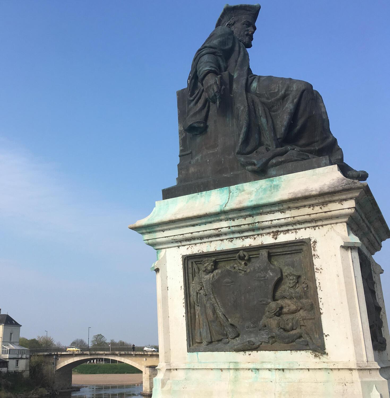 Памятник Франсуа Рабле повернут спиной к реке. Его герои предпочитали воде вино.