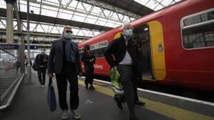 Des passagers sortent d'un train à Londres, le 20 mai 2021. La Grande-Bretagne envisage une réforme du réseau ferroviaire.