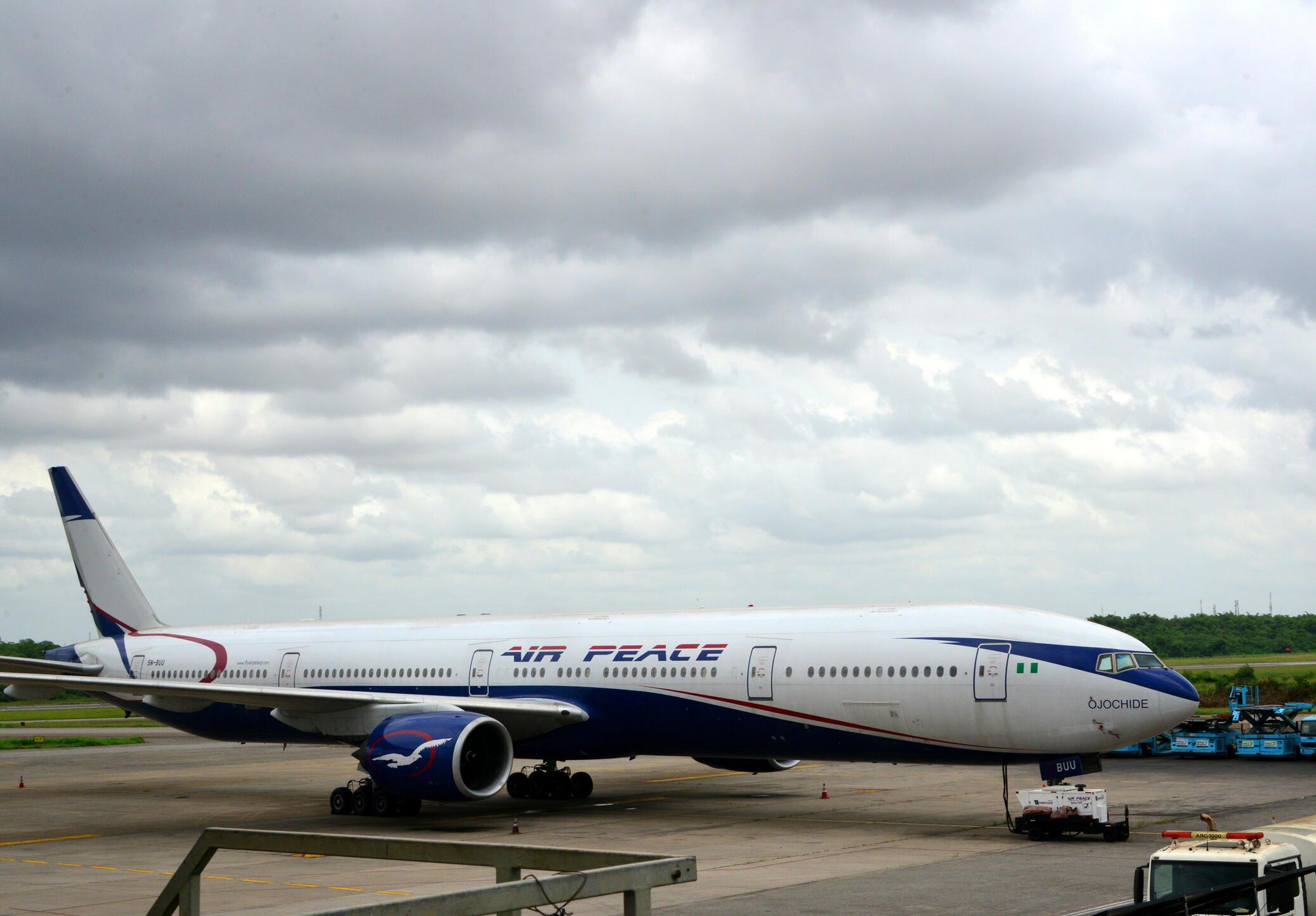 Avião da companhia aérea nigeriana Air Peace, que levará os cidadãos da Nigéria de volta ao país.
