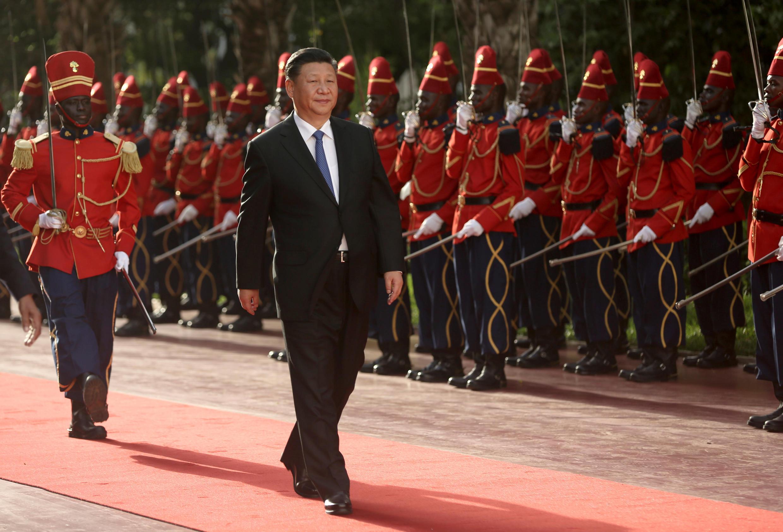 Chủ tịch Trung Quốc Tập Cận Bình duyệt hàng quân danh dự Sénégal, ngày 21/07/2018.