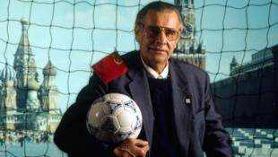 Lev Ivanovich Yashin (22 octobre 1929 - 20 mars 1990) était un gardien russe de football soviétique, sans doute le meilleur de tous les temps, connu pour son imposante stature.