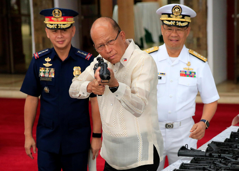 10月5日,在馬尼拉舉行的中國延長對菲軍事援助儀式上,菲律賓國防部長端起一隻中國自動步槍瞄準。