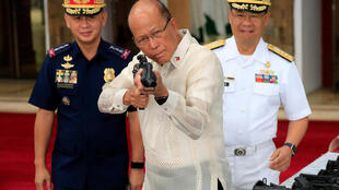 10月5日,在马尼拉举行的中国延长对菲军事援助仪式上,菲律宾国防部长端起一只中国自动步枪瞄准。