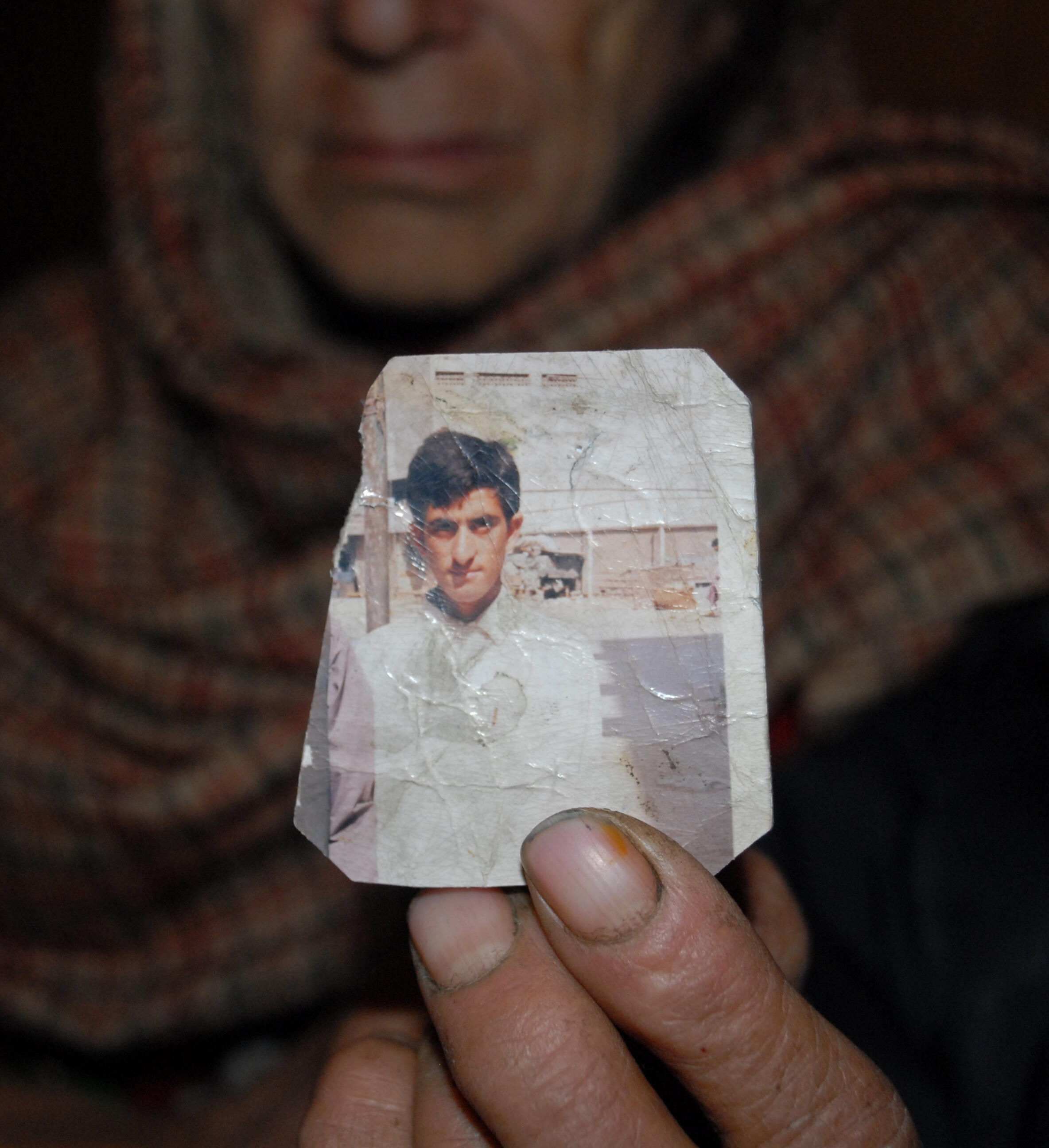 Familiares de Shafqat Hussain mostram foto do condenado.