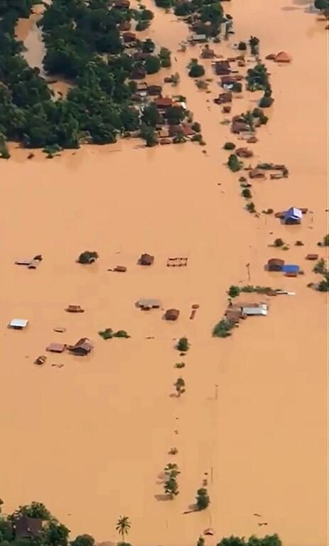 Images aériennes des villages et habitations inondés après l'effrondrement du barrage réservoir de Xe Pian Xe Nam Noy, au sud-est du Laos, le 24 juillet 2018.