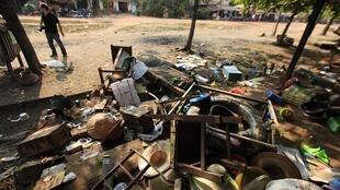 Des fournitures et des meubles détruits. Voici ce qu'il reste des heurts qui ont eu lieu sur le marché de Sitkwin, dans la région de Bago en Birmanie, le 29 mars 2013.