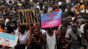 Soutien au «non» ou au «oui», la campagne pour le référendum constitutionnel bat son plein en Côte d'Ivoire comme ici, le 22 octobre à Abidjan.