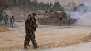 Des forces du régime syrien à Harasta, dans la Ghouta orientale, que les derniers civils et combattants rebelles ont évacué, le 23 mars 2018.