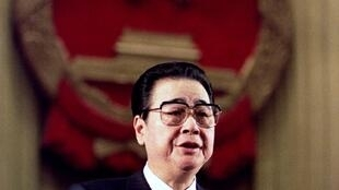 1993年三月十五日时任总理李鹏在人民大会堂做工作报告。