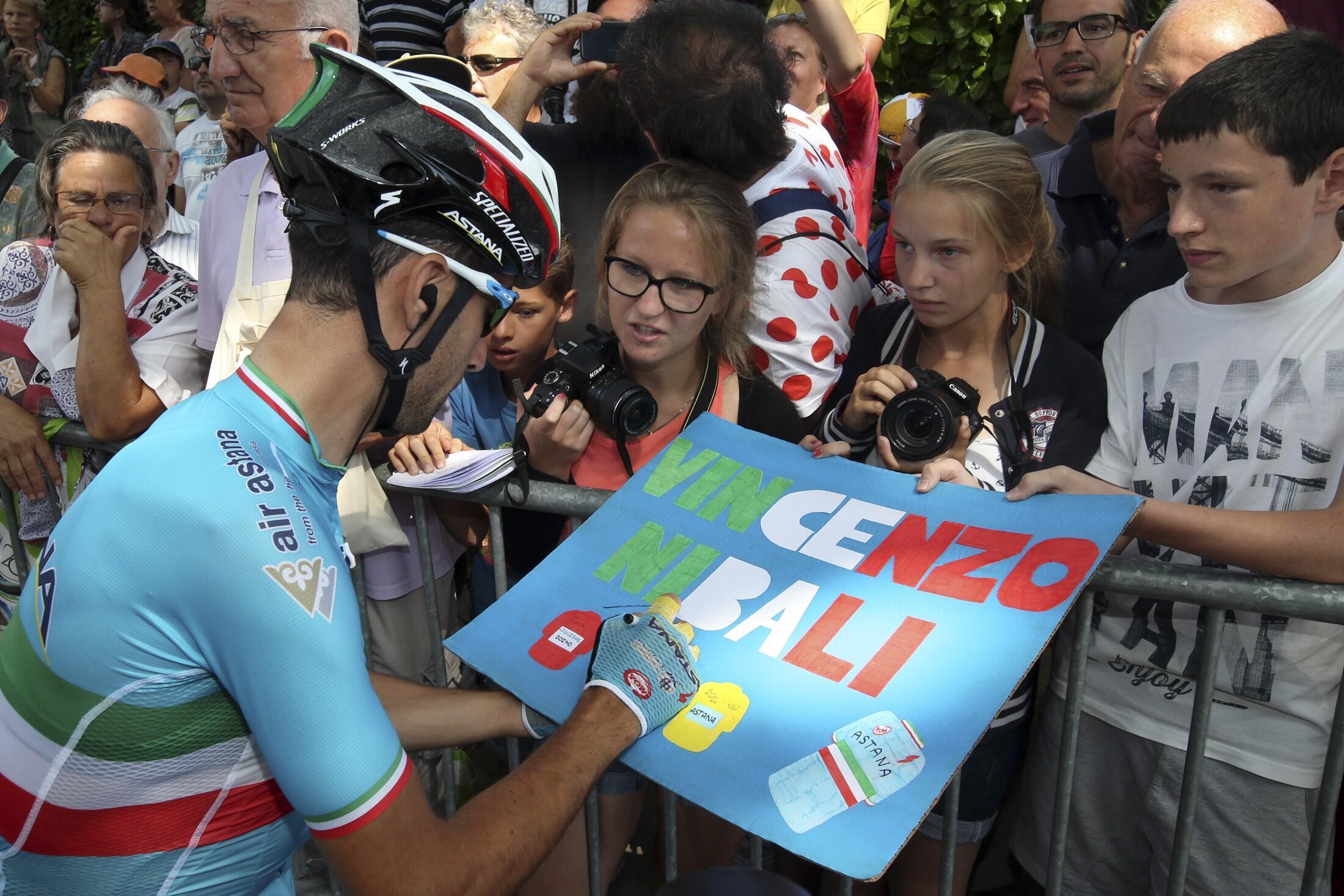 Le leader de l'équipe italienne Astana Vincenzo Nibali signe des autographes à de jeunes fans, le 15 juillet 2015.