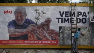 Un hombre instala un cartel en apoyo al expresidente Luiz Inácio Lula da Silva en Rio de Janeiro, el 29 de abril de 2021