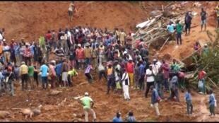 La population de Bafoussam et des environs remue la terre pour tenter de retrouver des survivants dans la coulée de boue qui a déjà fait 43 morts dans la nuit de lundi 28 à mardi 29 octobre 2019.