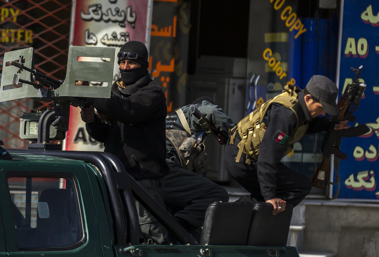 Des policiers afghans prennent position à proximité du ministère de l'Intérieur à Kaboul, où un attentat revendiqué par les talibans a tué au moins 6 policiers, ce mercredi 2 avril.