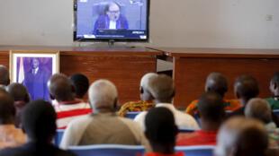 Những người ủng hộ ông Laurent Gbagbo theo dõi phiên xử qua truyền hình ngày 15/01/2019 tại Gagnoa, Côte d'Ivoire