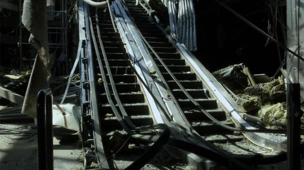Эскалатор в здании донецкого аэропорта,  кадр из фильма «Аэропорт Донецк»