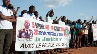 Des Sankaristes commémorent le 28e anniversaire de l'assassinat de l'ex-président burkinabè Thomas Sankara, le 15 octobre 2015, à Ouagadougou.