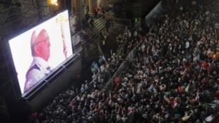 Os argentinos acompanham a missa do Papa ao vivo em Buenos Aires.