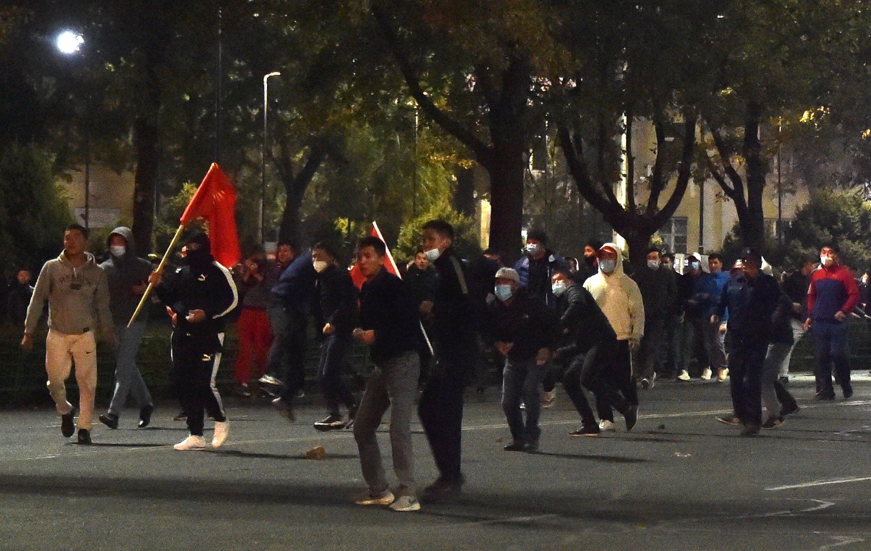 Des manifestants kirghiz face aux forces de l'ordre avant la prise du siège du pouvoir à Bichkek au Kirghizistan, le 5 octobre 2020.