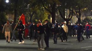 Parlamento e Presidente tentam solução à crise política no Quirguistão após protestos na capital