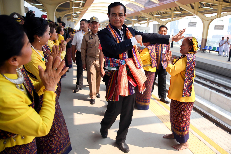 Thủ tướng quân sự Thái Lan Prayuth Chan-Ocha múa theo điệu cổ truyền để tranh thủ thiện cảm của cử tri, tỉnh Khon Kaen, 13/03/2019.