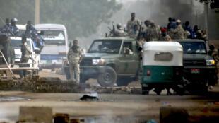 نیروهای نظامی سودان درحال متفرق کردن معترضان متحصن در مقابل مقر فرماندهی ارتش در مرکز شهر خارطوم پایتخت این کشور. دوشنبه ۱۳ خرداد/ ۳ ژوئن ٢٠۱٩