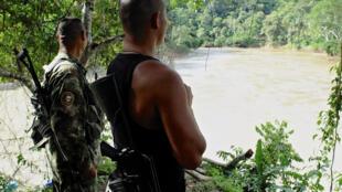 Combatientes montando guardia, río Sinu.